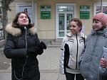Эта любительница порнофильмов встретилась нам возле гостиницы Украина и так как она сама видимо стеснялась, попросила нас взять автографы у любимых...