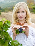 girl in vineyard kont 03